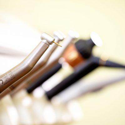 Praxis Dr. Oliver Samson - Instrumente am Zahnarztstuhl